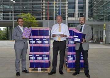 Insgesamt 2,28 Millionen Blatt Papier können im NÖ Landhaus eingespart werden. Im Bild DI Peter Obricht, Umwelt-Landesrat Dr. Stephan Pernkopf, DI Karl Dorninger (v.l.n.r.).