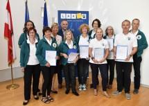 Landesrätin Mag. Barbara Schwarz (4.v.l.)und Geschäftsführer Christian Milota (NÖ Landesakademie; 5.v.l.) dankten den Mitarbeiterinnen und Mitarbeitern des AKUTteams für ihren langjährigen Einsatz in Niederösterreich.