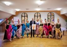 """Landeshauptfrau Johanna Mikl-Leitner und Bundespräsident Alexander Van der Bellen mit dem Ballett- und Tanzverein Badura und Kühtreiber """"Petit Pointe"""""""