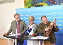 LH-Stellvertreter Stephan Pernkopf, Landeshauptfrau Johanna Mikl-Leitner und Landwirtschaftskammerpräsident Hermann Schultes (von links nach rechts) im Zuge des Pressegespräches im NÖ Landhaus.