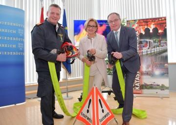 Präsentierten die Einsatzbilanz der Freiwilligen Feuerwehren im Jahr 2017: Landesfeuerwehrkommandant Dietmar Fahrafellner, Landeshauptfrau Johanna Mikl-Leitner und LH-Stellvertreter Stephan Pernkopf (v. l. n. r.).