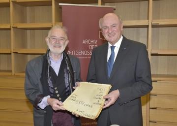 Landeshauptmann Dr. Erwin Pröll begrüßte Komponist Kurt Schwertsik im Archiv der Zeitgenossen in Krems.