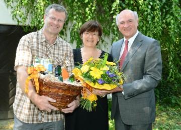 Im Bild: Die 100.000ste Besucherin Mag. Carola Apfler mit ihrem Gatten Martin und Landeshauptmann Dr. Erwin Pröll.