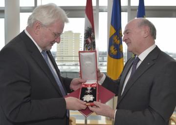 """Landesamtsdirektor Dr. Werner Seif wurde von Landeshauptmann Dr. Erwin Pröll das \""""Große Silberne Ehrenzeichen mit dem Stern für Verdienste um die Republik Österreich\"""" verliehen."""
