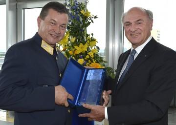 Landeshauptmann Dr. Erwin Pröll mit Arthur Reis, nunmehr Leiter der Sicherheitsakademie in Traiskirchen.