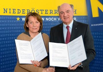 Aktion NAFES wird um weitere fünf Jahre verlängert: Landeshauptmann Dr. Erwin Pröll mit der Präsidentin der Wirtschaftskammer Niederösterreich, Sonja Zwazl.