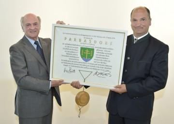 Landeshauptmann Dr. Erwin Pröll überreichte das Gemeindewappen von Parbasdorf an Bürgermeister Gregor Iser. (v.l.n.r.)