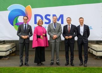 Bei der Neu-Eröffnung der Firmenzentrale von DSM Austria in Getzersdorf (von links): Dimitri de Vreeze (Co-CEO Royal DSM), Landeshauptfrau Johanna Mikl-Leitner, Thomas Leysen (Chair Supervisory Board DSM), Botschafter Aldrik Gierveld und Ivo Landsbergen (President DSM Animal Nutrition and Health).