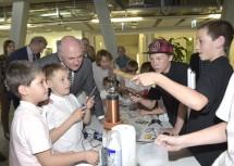 Kinder präsentierten Landeshauptmann Dr. Erwin Pröll ihre Forschungsprojekte, die sie im Rahmen der Initiative Science Fair des Landes Niederösterreich umgesetzt haben.