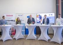 Bei der Pressekonferenz bei der Firma Gottwald in Melk (von links): MAG-Geschäftsführer Martin Etlinger, Julia Speiser, Landesrat Martin Eichtinger, AMS-NÖ-Geschäftsführer Sven Hergovich und Philipp Kager.