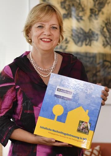 Bildungs-Landesrätin Barbara Schwarz mit der erweiterten Arbeitsmappe für Niederösterreichs Freizeitpädagoginnen und Freizeitpädagogen