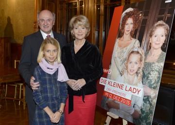 """Landeshauptmann Dr. Erwin Pröll gemeinsam mit den beiden Hauptdarstellerinnen Christiane Hörbiger und Philippa Schöne bei der Präsentation des Films """"Die kleine Lady"""" auf Schloss Grafenegg."""