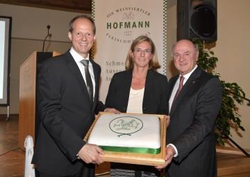 Torte zum Jubiläum von den Mitarbeiterinnen und Mitarbeitern: Franz Hofmann jun., Andrea Hofmann und Landeshauptmann Dr. Erwin Pröll. (v.l.n.r.)