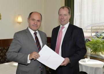 Landeshauptmann-Stellvertreter Mag. Wolfgang Sobotka und Rechtsanwalt Dr. Markus Fellner (von links) mit dem Erkenntnis des Verwaltungsgerichtshofes, der den Bescheid der Finanzmarktaufsicht über ein Pönale von 57,9 Millionen Euro gegen die Hypo NÖ aufhebt.