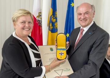 """Landeshauptmann Dr. Erwin Pröll überreichte das """"Silberne Komturkreuz des Ehrenzeichens für Verdienste um das Bundesland Niederösterreich"""" an Dorothea Schittenhelm."""