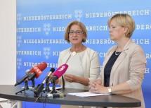Landeshauptfrau Johanna Mikl-Leitner und Landesrätin Barbara Schwarz bei der Pressekonferenz im NÖ Landhaus in St. Pölten.