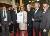 Bürgermeister Josef Windpassinger (3.v.r.) überreichte der neuen Landeshauptfrau Mag. Johanna Mikl-Leitner (Mitte) die Ehrenbürgerschaftsurkunde der Markgemeinde Großharras.