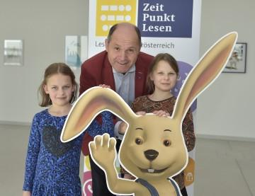 Zeit Punkt Lesen-Initiator Landeshauptmann-Stellvertreter Mag. Wolfgang Sobotka mit Lucia und Rosalie.