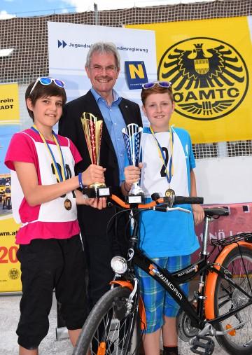 Verkehrs-Landesrat Mag. Karl Wilfing (Mitte) mit Laura Stummer und Matthias Steiner von der Neuen Mittelschule Pöggstall. (v.l.n.r.)