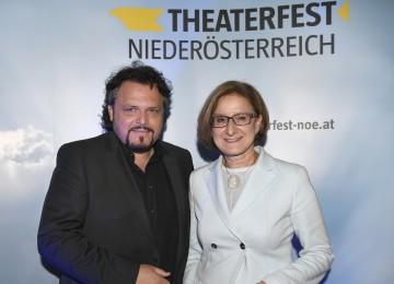 Theaterfest-Obmann Werner Auer mit Landeshauptfrau Johanna Mikl-Leitner.