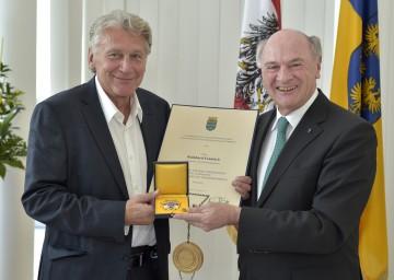 """Landeshauptmann Dr. Erwin Pröll überreichte an Rainhard Fendrich das """"Große Goldene Ehrenzeichen für Verdienste um das Bundesland Niederösterreich""""."""