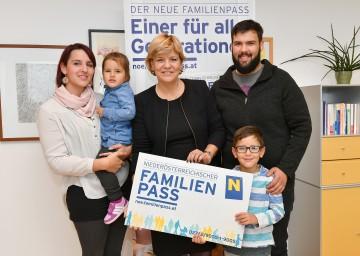 Im Bild von links nach rechts: Cornelia Brad mit Tochter Alina Brad, Landesrätin Mag. Barbara Schwarz, Christian Böswart und Jaron Brad freuen sich über 8.000 neue Inhaber des Familienpasses
