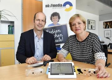Johann Lackenbauer, Leiter des NÖ Medienzentrums, und Landesrätin Barbara Schwarz mit Utensilien, die die Welt von Menschen mit Sehbehinderungen verdeutlichen (v.l.n.r.)