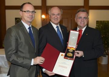 Höchstes Ehrenzeichen des Burgenlandes für Landeshauptmann Dr. Erwin Pröll, im Bild mit Landeshauptmann-Stellvertreter Mag. Franz Steindl (l.) und Landeshauptmann Hans Niessl (r.)
