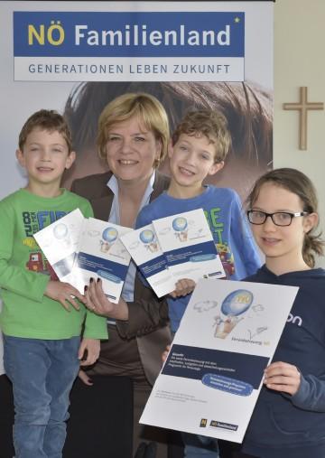 Auf die Ferienbetreuungsaktionen im Land Niederösterreich freut sich Landesrätin Mag. Barbara Schwarz gemeinsam mit Alexander, Maximilian und Hemma. (v.l.n.r.)