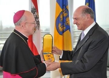 Landeshauptmann Dr. Erwin Pröll überreichte an Diözesanbischof Dr. Klaus Küng das Goldene Komturkreuz mit dem Stern des Ehrenzeichens für Verdienste um das Bundesland Niederösterreich.
