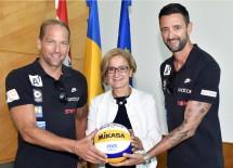 Aushängeschild für das Sportland Niederösterreich: Gratulation von Landeshauptfrau Johanna Mikl-Leitner (Mitte) an Alexander Horst und Clemens Doppler (v.l.n.r.)