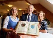 Landeshauptfrau Johanna Mikl-Leitner und Bundespräsident Alexander Van der Bellen (mit Gattin Doris Schmidauer) trugen sich ins offizielle Buch der Stadt Waidhofen an der Thaya ein