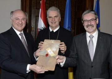 Abt Columban Luser und Mag. Erwin Hameseder überreichten Landeshauptmann Dr. Erwin Pröll (links) einen alten Dachziegel. (v.l.n.r.)