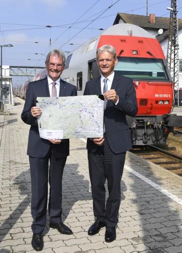 """Verkehrslandesrat Mag. Karl Wilfing und ÖBB-Infrastruktur Vorstand DI Franz Bauer informierten zum Thema \""""Attraktivierung der Franz Josefs-Bahn\""""  (v.l.n.r.)"""