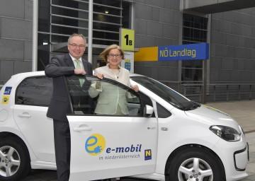 Beschaffungsaktion für Elektro-Autos: Landeshauptfrau Johanna Mikl-Leitner mit LH-Stellvertreter Stephan Pernkopf.