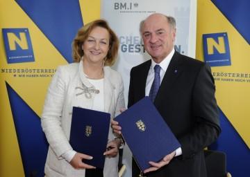 Landeshauptmann Dr. Erwin Pröll und Bundesministerin Dr. Maria Fekter unterzeichneten Sicherheitspakt.