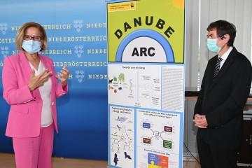 Landeshauptfrau Johanna Mikl-Leitner und Univ.-Prof. Dr. Rudolf Valenta informieren über das neue Zentrum für Allergieforschung.