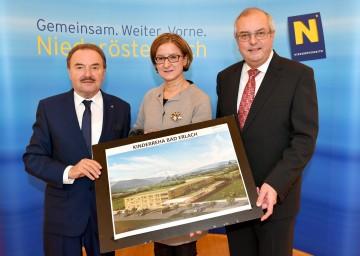 Im Bild von links nach rechts: Bürgermeister Hans Rädler, Landeshauptmann-Stellvertreterin Mag. Johanna Mikl-Leitner und DI Berndt Martetschläger, Geschäftsführer der Hospitals Projektentwicklungsgesellschaft.