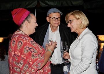 Landeshauptfrau Johanna Mikl-Leitner im Gespräch mit Tini Kainrath und Oliver Baier.