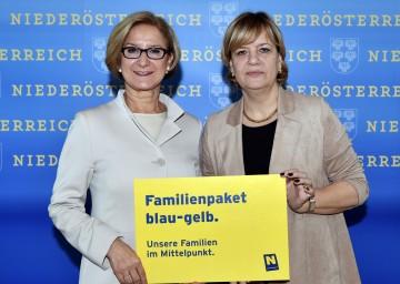 """Landeshauptfrau Johanna Mikl-Leitner und Landesrätin Barbara Schwarz präsentierten das """"Familienpaket blau-gelb""""."""