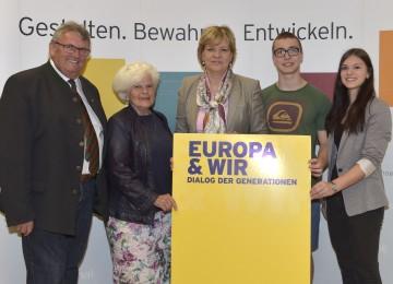 """Im Bild von links nach rechts: Johann Brandstetter, Leopoldine Kalteis (beide Seniorenbund Amstetten), Landesrätin Mag. Barbara Schwarz, Manuel Aigner, Katharina Zeh (beide HAK Amstetten) bei der """"EU & Wir""""-Veranstaltung in Amstetten im Mai 2015."""