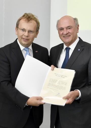 Überreichung der Bestallungsurkunde an Landeshauptmann a. D. Dr. Erwin Pröll durch Botschafter Dr. Andrej Rahten.