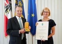 """Dr. Sixtus Lanner wurde von Landeshauptfrau Johanna Mikl-Leitner das """"Goldene Komturkreuz des Ehrenzeichens für Verdienste um das Bundesland Niederösterreich"""" überreicht."""