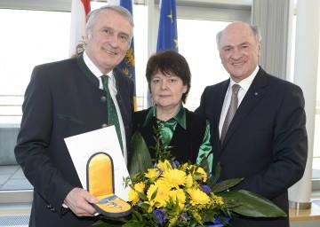 Hohes Ehrenzeichen des Landes NÖ für Josef Pleil. Im Bild der ehemalige Weinbaupräsident mit seiner Gattin Waldtraut und Landeshauptmann Dr. Erwin Pröll.