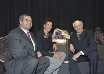 Der Geschäftsführer der Maissauer Amethyst Ges.m.b.H., Dipl.Kfm. (FH) Josef Piller, Goldmedaillengewinnerin Michaela Dorfmeister und Landeshauptmann Dr. Erwin Pröll (v.l.n.r.)eröffneten heute, 16. Mai, in Maissau das Edelsteinhaus.