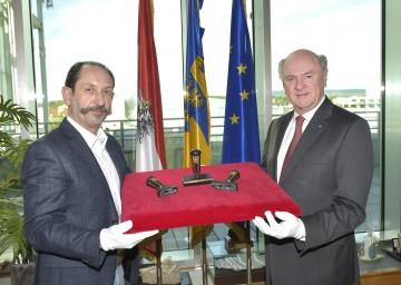 """Landeshauptmann Dr. Erwin Pröll übernahm von Ernst Graft die """"Kaiser-Stempel"""" für das """"Haus der Geschichte""""."""
