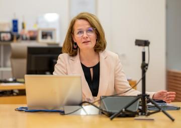 Bildungs-Landesrätin Christiane Teschl-Hofmeister bei der Videokonferenz.