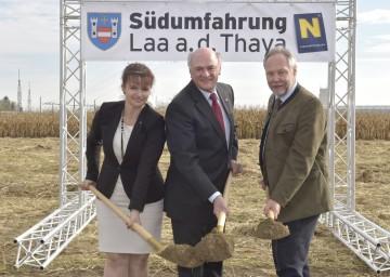 Nahmen den Spatenstich für die Südumfahrung Laa vor: Bürgermeisterin Brigitte Ribisch, Landeshauptmann Dr. Erwin Pröll und Straßenbaudirektor DI Peter Beiglböck.