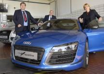 Berufsschuldirektor Christian Bauer, Vizekanzler Wolfgang Brandstetter und Bildungs-Landesrätin Barbara Schwarz mit dem neuen Audi R8 der LBS Eggenburg