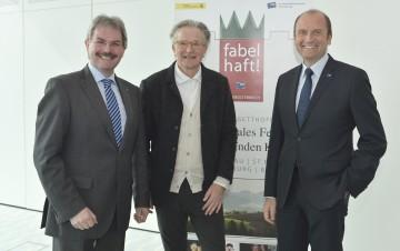 """Landesrat Mag. Karl Wilfing, Folke Tegetthoff und Bernhard Lackner von der NÖ Versicherung präsentierten das neue Programm des Erzählkunstfestivals """"fabelhaft!Niederösterreich"""" (v.l.n.r.)."""